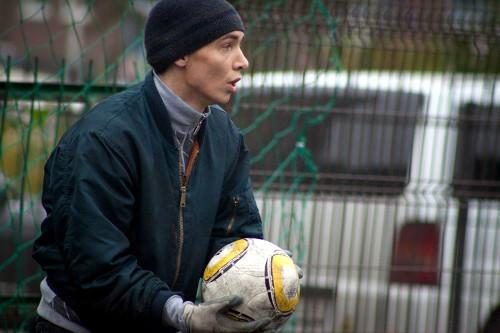 Виктор играет в футбол